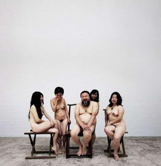En 2009, Ai Weiwei a posé nu en compagnie de femmes dévêtues.
