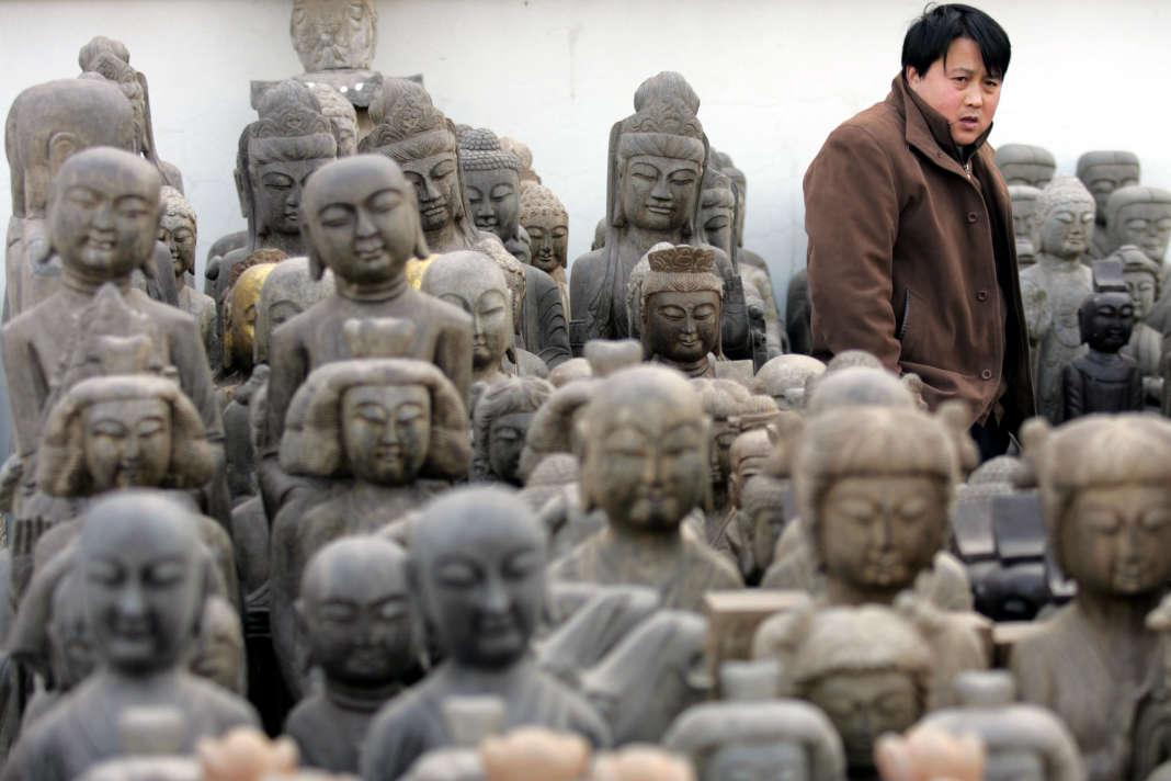 Statues de Bouddha à la vente sur un marché de Pékin.