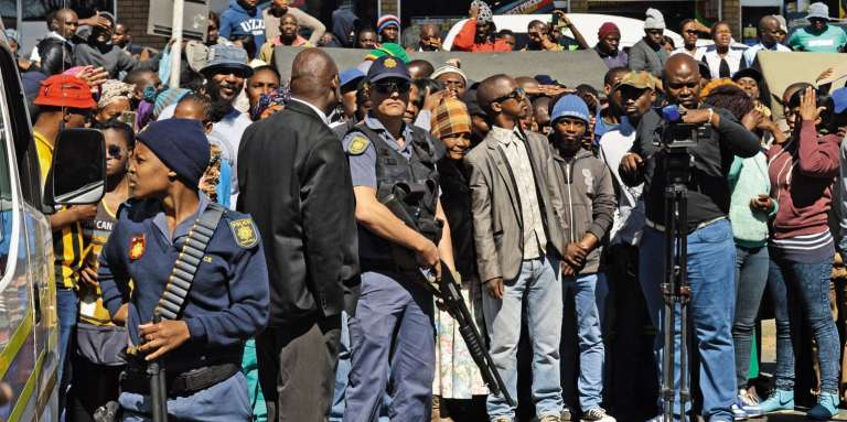 Letribunald'Estcourt, dans l'ouest de l'Afrique du Sud, sous haute surveillance lorsdeladeuxièmecomparution des présumés cannibales, le28août2017.