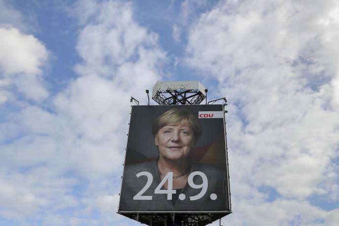 « La victoire d'Angela Merkel ne fait presque aucun doute, mais le choix de son allié pourrait être déterminant pour la politique européenne de l'Allemagne». (Photo : une affiche géante de la chancellière allemande, candidate de la CDU et favorite des élections allemandes du 24 septembre. A Hermsdorf, dans l'est de l'Allemagne, le 5septembre).