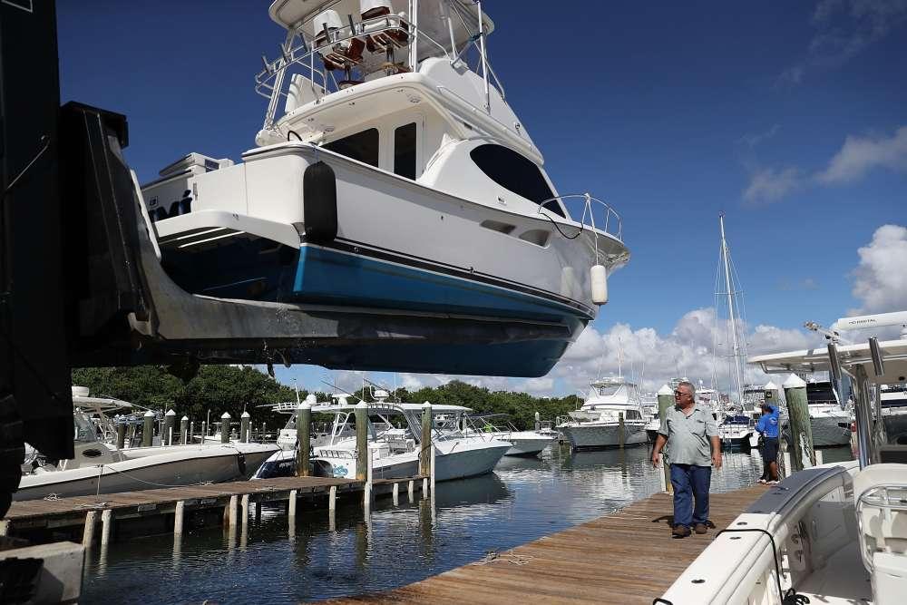 Un bateau est mis hors de l'eau pour être placé à l'abri, à Key Biscayne.
