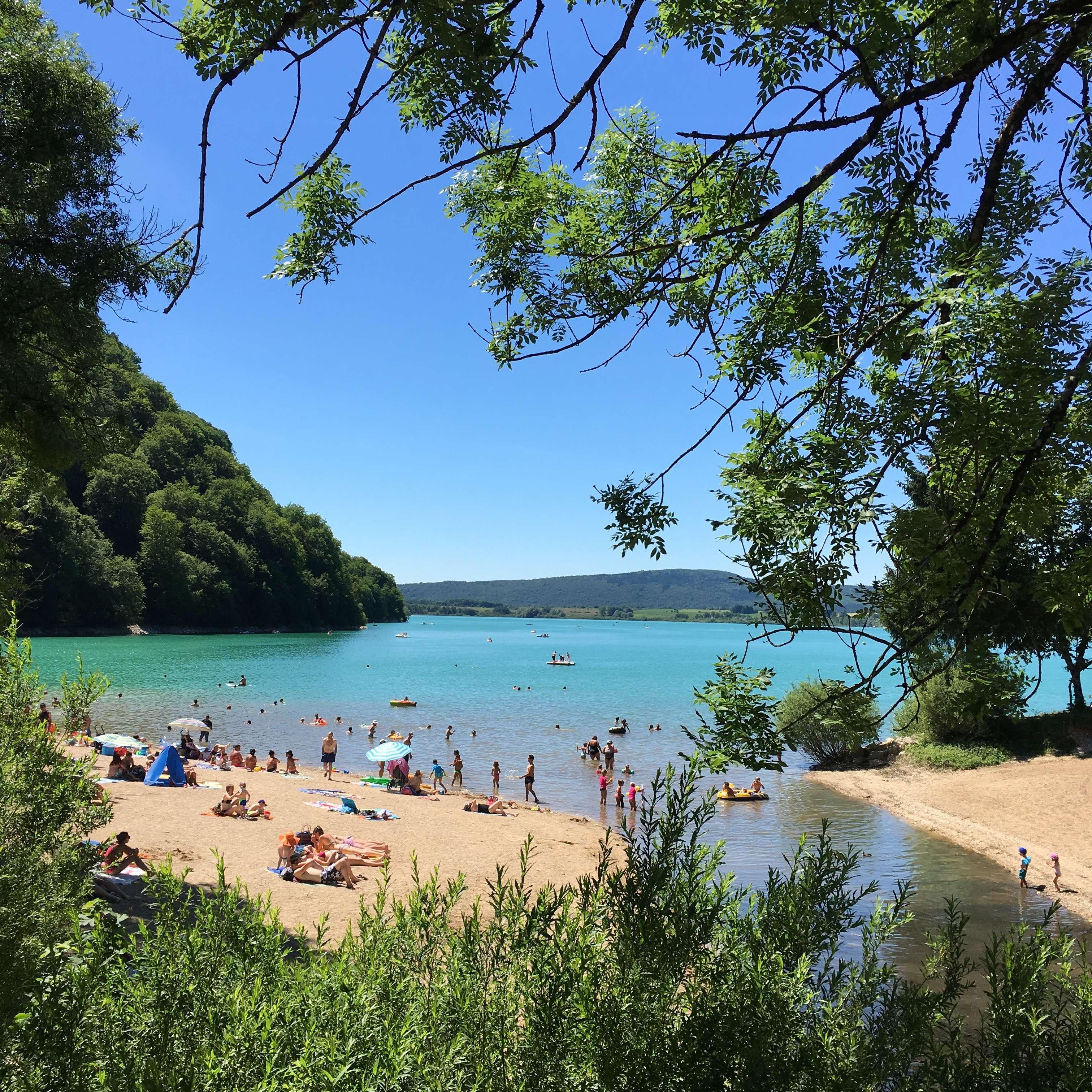 Une des plages du Domaine de Chalain, sur le lac du même nom. Ce camping 4 étoiles est noir de monde en été. C'est le paradis des familles.