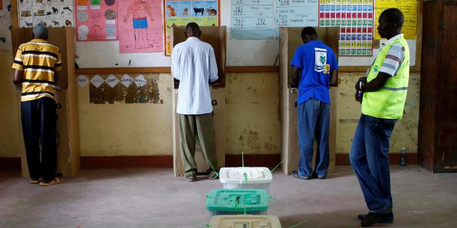 Dans un bureau de vote de Mombasa, dans le sud du Kenya, le 8 août 2017, jour de l'élection présidentielle.