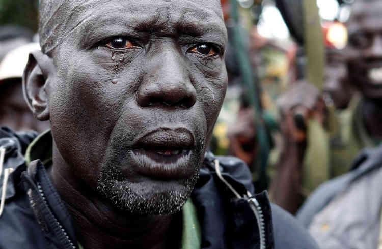 «Nous manquons d'argent et de soutien. Les armes que nous avons, les munitions que nous avons, nous les avons prises à l'ennemi», a déclaré à Reuters le général Matata Frank Elikana, le gouverneur rebelle de Yei River State, lors de la longue marche vers la ligne de front.