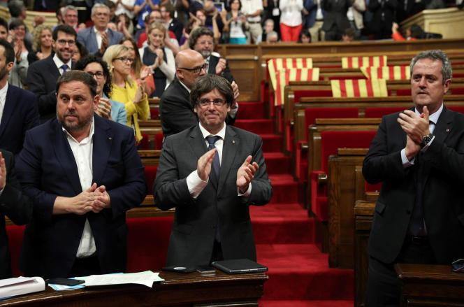 Le président catalan Carles Puigdemont, au centre, après le vote de la loi prévoyant un référendum d'autodétermination, à Barcelone le 6 septembre.