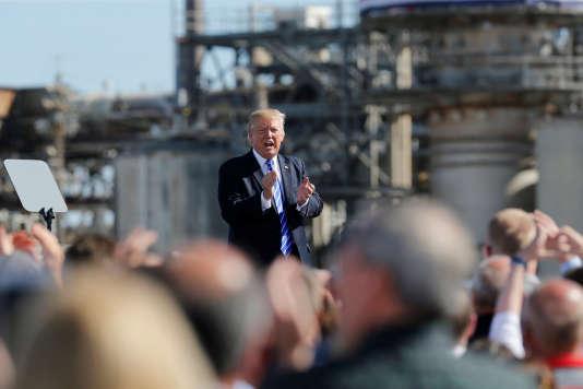 Le président américain Donald Trump en visite dans une raffinerie de Mandan (Dakota du Nord), le 6 septembre.