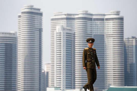 Un militaire nord-coréen sur les rives du fleuve Taedong, dans le centre de la capitale, Pyongyang, le 16 avril.