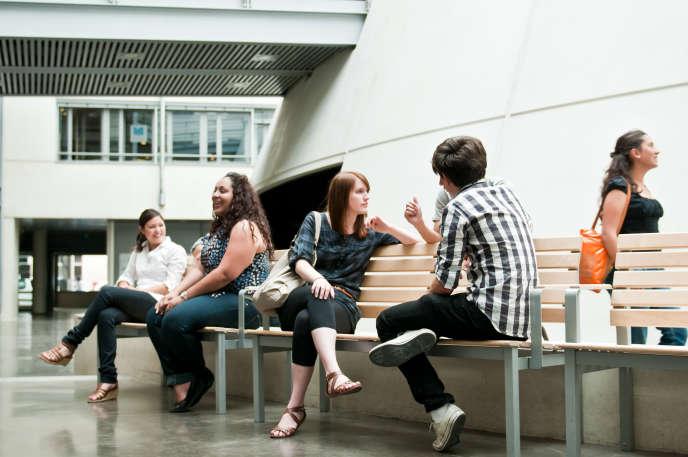 Etudiants sur le campus Carnot de l'université Catholique de Lyon.