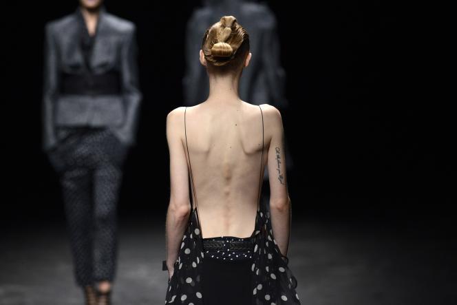 Sur un défilé parisien, pour la collection printemps-été 2013. LVMH et Kering se sont engagés, le 6septembre, à «supprimer de leurs demandes de casting la taille 32 chez les femmes et la taille 42 chez les hommes».