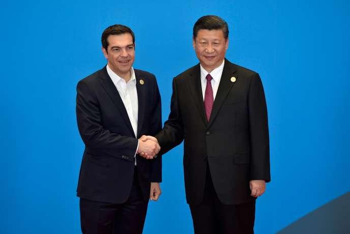 Le premier ministre grec Alexis Tsipras avec le président chinois Xi Jinping, à Pékin, le 15 mai.