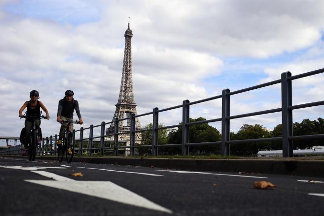 Sur la nouvelle piste cyclable qui longe la Seine, à Paris, le 4 septembre.