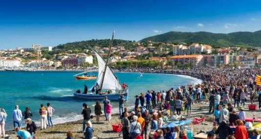 La récolte de raisins arrive par la mer sur des barques catalanes.