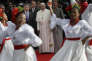 Le pape François aux côtés du président colombien Juan Manuel Santos et de son épouse Maria Clemencia Rodriguez, à Bogota le 6 septembre.