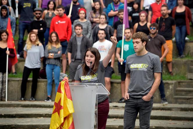 Deux porte-parole du mouvement de jeunesse nationaliste basque Ernai brandissent un drapeau séparatiste catalan lors d'un meeting à Mondragon (Pays basque), le 7 septembre.