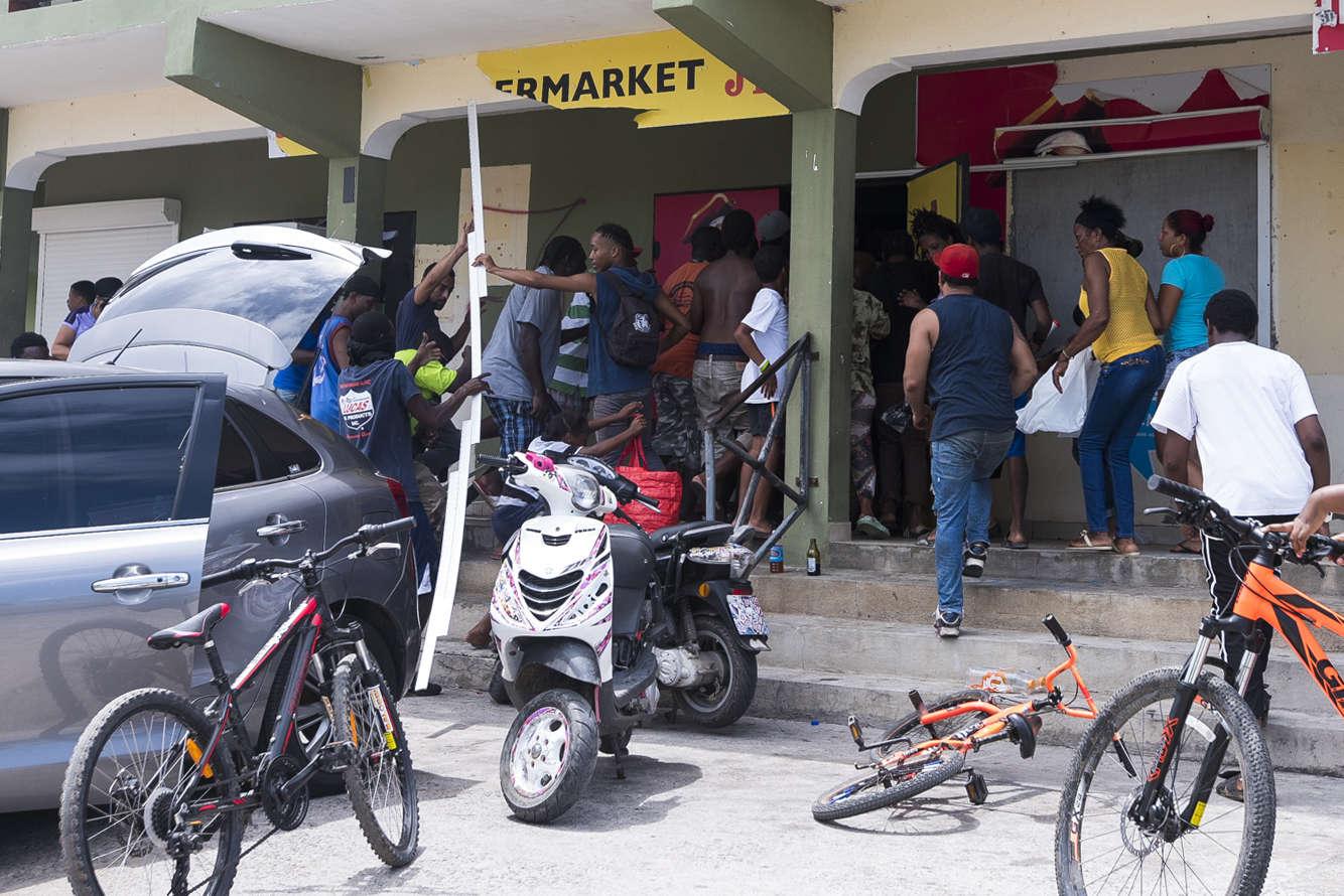 Un magasin pillé à Quartier-d'Orléans, à Saint-Martin. «Notre priorité numéro un est toujours de secourir les populations et de rétablir l'ordre» après les scènes de pillages observées dans la foulée du chaos semé par Irma, a ajouté le ministre.
