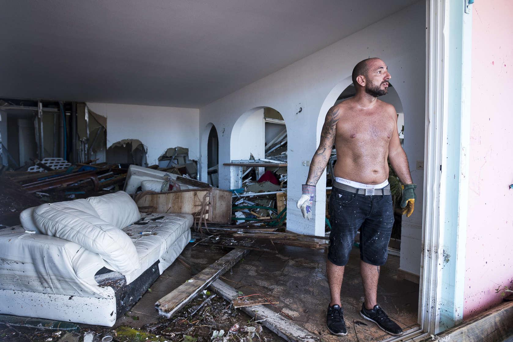 Un homme dans sa maison détruite à Orient Bay, à Saint-Martin. Vendredi 8 septembre, les morts étaient « au nombre de neuf», «nous avons sept disparus» et «112 personnes ont été blessées, dont deux gravement», a déclaré le ministre de l'intérieur français, Gérard Collomb.