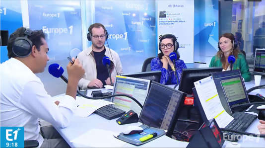 Autour des journalistes Patrick Cohen et Mathieu Alterman, le duo pop Brigitte dans le studio de l'émission « Melting Pop », sur Europe 1.