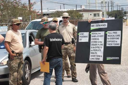 Des enquêteurs du FBI font face à des manifestants devant l'usine chimique Arkema, à Crosby, près de Houston, le 4 septembre.