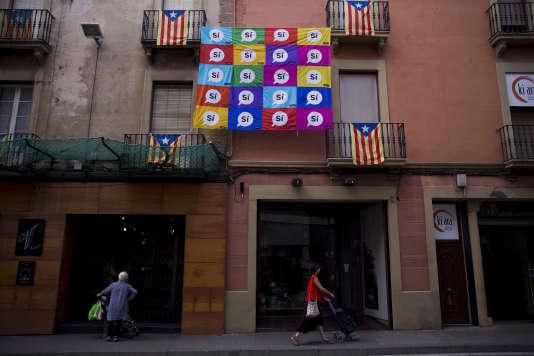 Dans les rues de Sabadell, en Catalogne, le 7 septembre, des habitants appellent à voter oui lors du référendum unilatéral d'autodétermination.
