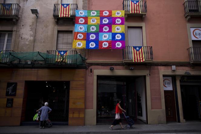 Des bannières en faveur du oui au référendum d'autodétermination, dans une rue de Sabadell, près de Barcelone, le 7 septembre.