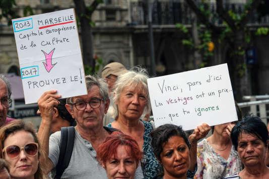 Des habitants du quartier de la Corderie manifestent devant la préfecture à Marseille, le 31 août 2017.