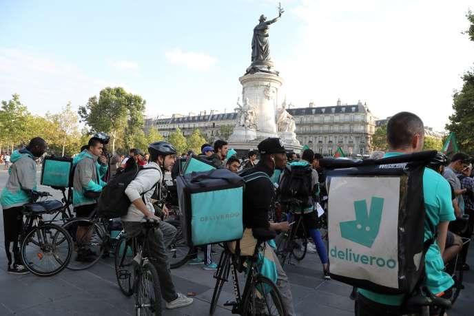 Manifestation des livreurs de la plate-forme Deliveroo, place de la République à Paris, le 11 août.