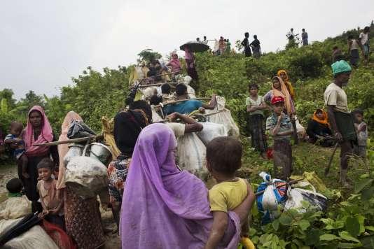 Des réfugiés rohingya fuient la Birmanie en direction du Bangladesh, le3septembre2017.