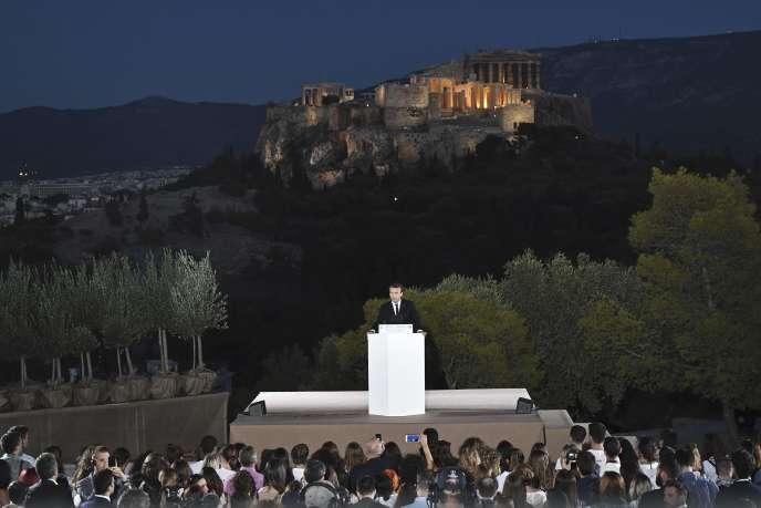 Emmanuel Macron entame son discours depuis la colline du Pnyx, face à l'Acropole, à Athènes, le 7 septembre.