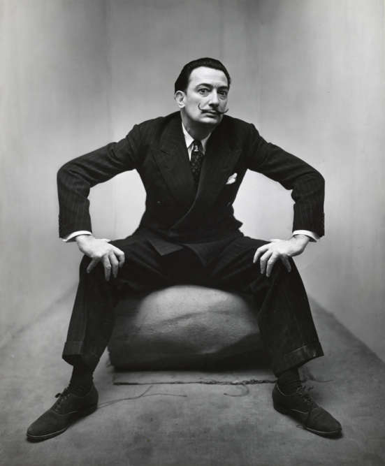 C'est à partir de 1945 qu'à la demande du directeur artistique de «Vogue», Alexander Liberman, Irving Penn réalise des portraits de célébrités. Il les fait poser dans un coin, entre deux cimaises, et obtient des images intenses, sombres, qui le font vite remarquer.