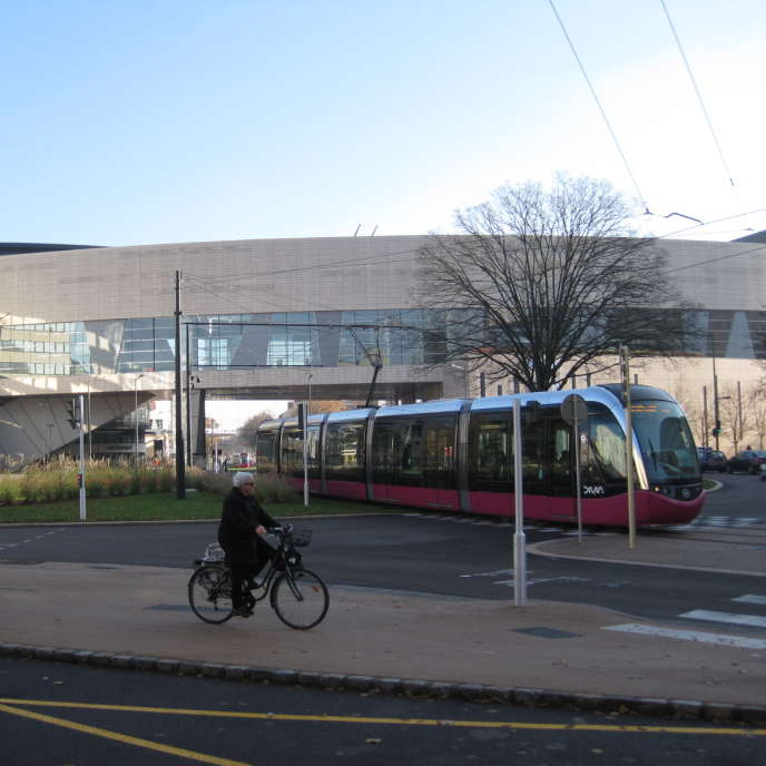 Le tramway dijonais devant l'auditorium de la ville.