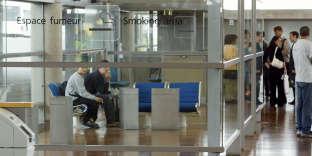 Espace fumeurs de l'aéroport de Roissy.