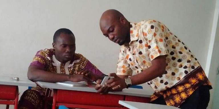 Cissé Hamed Sékou, responsable des pays francophones chez Chalkboard, présente l'application au Bénin.