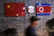 Drapeaux chinois et nord-coréen exposés dans un restaurant coréen à Ningbo, dans la province chinoise du Zhejiang, en avril 2016.