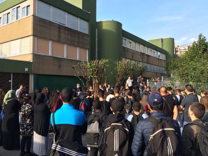 Elèves de troisième et professeurs sont regroupés dans la cour du collège Lucie-Aubrac-les-Géants, le 7 septembre.