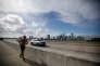 Une joggeuse sur le pont de Key Biscayne, à Miami, le 8 septembre.