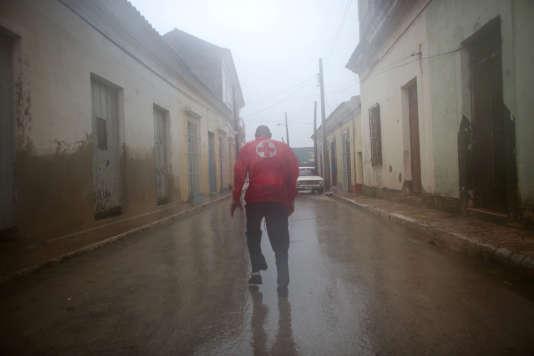 Un secouriste dans les rues de Remedios, ville de la province de Villa Clara, dans le centre de l'île, le 9 septembre.
