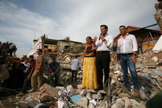 Le président du Mexique Enrique Pena Nieto (avec un micro) s'adresse aux habitants de Juchitán, le 8 septembre.
