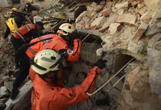 Les «Topos» (les taupes), des équipes spécialisées dans les secours, recherchent des victimes parmi les bâtiments ruinés à Juchitán par le tremblement de terre qui a frappé la côte Pacifique du Mexique, le 8 septembre.