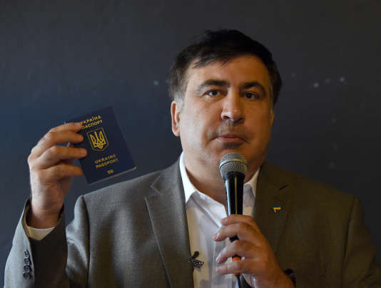 Mikheïl Saakachvili tenant son passeport ukrainien le 9 août.