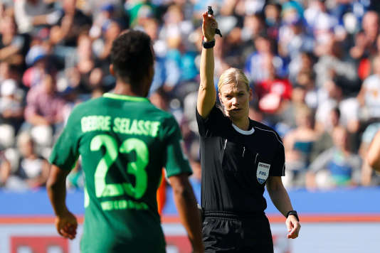 Bibiana Steinhaus lors du match entre le Werder Brême et le Herta Berlin, le 10septembre.