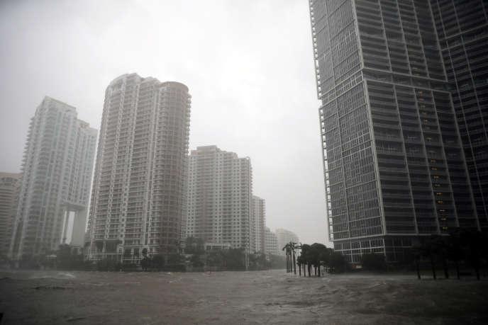 L'eau poussée par les vents violents de l'ouragan Irma a envahi un quartier du centre-ville de Miami (Floride), le 10septembre.