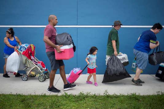 Les habitants d'Estero, sur la côte ouest de la Floride, gagnent un abri pour y attendre le passage de l'ouragan Irma, le 9 septembre.
