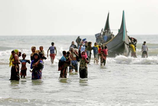 Des réfugiés rohingya rejoignent la terre ferme après avoir gagné le Bangladesh via la baie du Bengale, près de Teknaf, le 5 septembre.