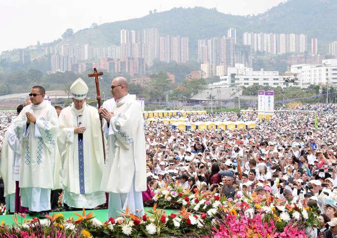 Le pape François célèbre la messe à l'aéroport Enrique Olaya Herrera de Medellin, en Colombie, le 9 septembre.