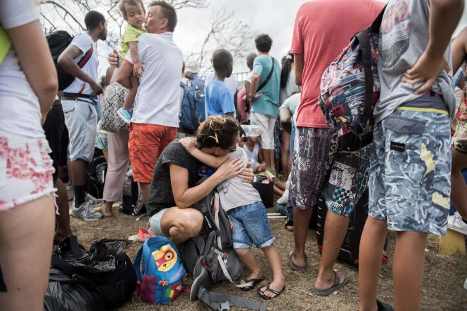 Une mère et son enfant font la queue devant l'entrée de l'aéroport de Grand-Case Espérance, sur l'île de Saint-Martin, le 10 septembre.