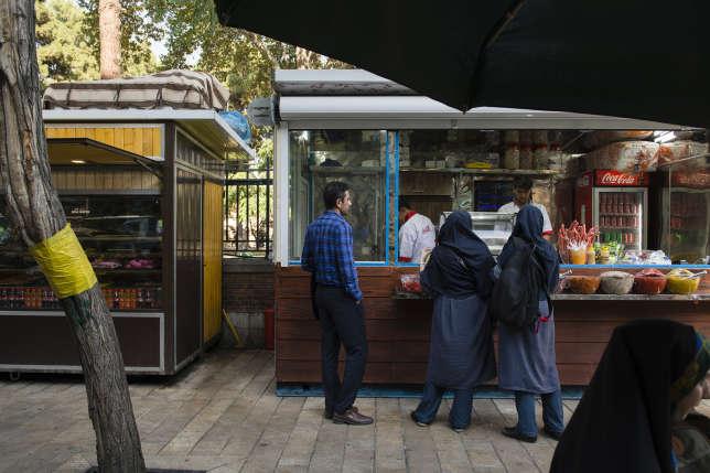 Plats iraniens et sandwichs dans les stands longeant cette chic avenue.