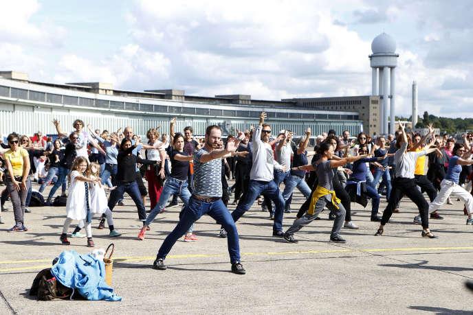 «Fous de danse», un spectacle participatif conçu par Boris Charmatz, sur le site de l'ancien aéroport berlinois Tempelhof, le 10 septembre 2017.