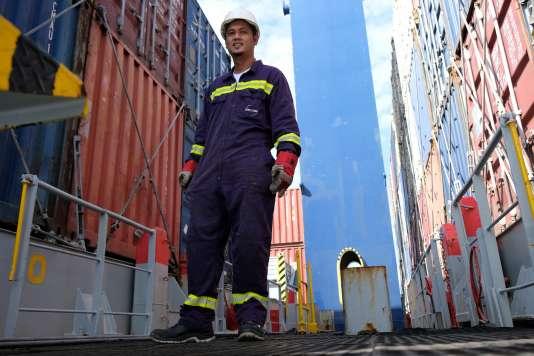 Nilo Diano, matelot philippin de 27 ans, vérifie l'arnachement des conteneurs sur le pont principal, le 4 septembre. Il lui arrive aussi de faire des travaux de peinture, de nettoyage ou de maintenance.