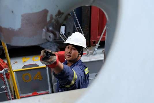 Roberto Celiz, le« bosco» ou maître d'équipage, chargé de faire le lien entre le second capitaine et l'équipage philippin, aide les matelots dans cette inlassable bataille contre la rouille, le 22 août.