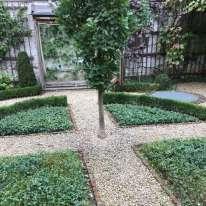 Ce petit « jardin urbain bruxellois» est dû au célèbre paysagiste anversois Jacques Wirtz (qui a conçu, entre autres, le jardin du Carrousel, à Paris). Ses propriétaires ont ainsi redonnéun modeste poumon d'air à un quartier en réhabilitation.